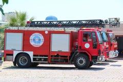 Antalya Turkiet - Maj 26 2017: Röd firetruck tre med räddningsaktionstegeanseende på gatan av staden nära firehouse Royaltyfria Foton