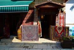 Antalya Turkiet, Maj 10 05 2018 Skriv in i mattor för ett lager och gammal saker i eastenstaden Arkivbild