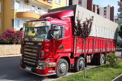 ANTALYA, TURKIJE - JUNI 7, 2015: Heldere rode vrachtwagen Scania in de zon in Antalya, Turkije Stock Foto