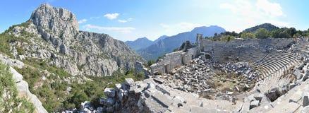 Antalya, Turkije - Oktober 24, 203: Panoramische foto van amfitheater van de Antieke Stad van Termessos in Antalya, op heldere bl Stock Foto
