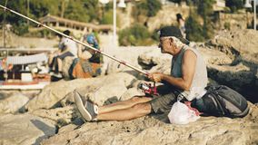 Antalya, Turquía - 18 de agosto de 2017: Pescador en puerto deportivo viejo Imagen de archivo
