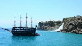 Antalya, Turquía - 4 de julio de 2018: nave y cascada de las montañas almacen de video