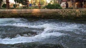 Antalya, Turquía - 6 de marzo de 2016: Pequeña cascada en el parque en el día de la puesta del sol en Antalya, Turquía almacen de metraje de vídeo
