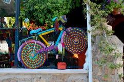 Antalya, Turquía 14 de mayo de 2018 Bicicleta decorativa multicolora brillante en la ventana de un café imágenes de archivo libres de regalías