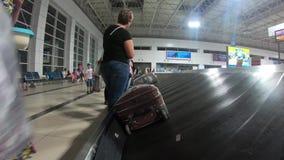 Antalya, Turquía 07/09/209: la reunión del equipaje del avión editorial metrajes