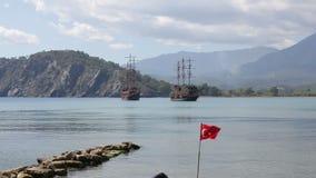 Antalya, Turquía - marzo de 2016: dos naves turísticas grandes están en la planta de mar almacen de metraje de vídeo