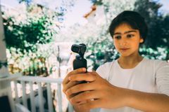 Antalya, Turqu?a - 12 de mayo de 2019: Ni?a que sostiene DJI Osmo Pocket imágenes de archivo libres de regalías