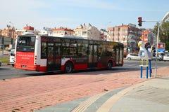 ANTALYA, TURQUIA - 7 DE JUNHO DE 2015: Ônibus da cidade que está na frente de um sinal nas estradas transversaas em Antalya, Turq Foto de Stock