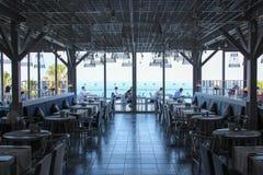 Antalya, Turquie 6 juin 2017 : Le restaurant à la plaza de Ramada d'hôtel de cinq étoiles, matin, tables vides, vue de mer Images libres de droits