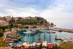 Antalya velho, seção histórica pequena no centro da cidade alastrando moderna Imagens de Stock Royalty Free