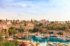 Antalya velho, seção histórica pequena no centro da cidade alastrando moderna Imagens de Stock