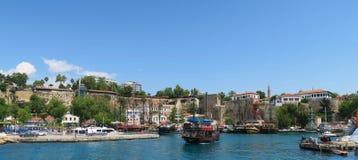 Antalyas Oldtown Kaleici, les murs de ville et bateaux dans le port Image stock