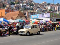 Antananarivo, ζωηρόχρωμοι στάβλοι αγοράς, oldtimer αυτοκίνητο, σπίτια, Μαδαγασκάρη Στοκ Εικόνες
