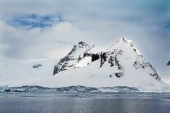 Antarctica góry zakrywać w świeżym śniegu Obrazy Royalty Free