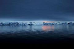 Antarctica kształtuje teren przy wschodem słońca, góry lodowa, góry i ocean, Obraz Stock