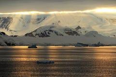 Antarctica kształtuje teren przy wschodem słońca, góry lodowa, góry i ocean, Obraz Royalty Free
