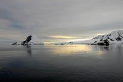 Antarctica kształtuje teren przy wschodem słońca, góry lodowa, góry i ocean, Obrazy Royalty Free