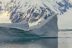 Antarctica kształtuje teren przy wschodem słońca, góry lodowa, góry i ocean, Zdjęcia Royalty Free