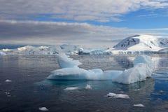 Antarctica kształtuje teren, góry lodowa, góry i ocean, Zdjęcie Royalty Free
