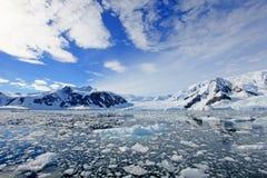 Antarctica kształtuje teren, góry lodowa, góry i ocean, Obraz Stock
