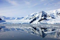 Antarctica kształtuje teren, góry lodowa, góry i ocean, Obrazy Stock