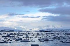 Antarctica kształtuje teren, góry lodowa, góry i ocean, Zdjęcia Royalty Free