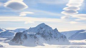 antarctica Snow-capped berg tegen blauwe hemel stock videobeelden