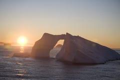 antarcticisbergsolnedgång Arkivbild