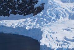 Antarctisch gletsjereindpunt die in het overzees afbreken stock foto's