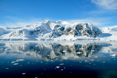 Antarctisch schiereiland met kalme overzees Royalty-vrije Stock Afbeeldingen