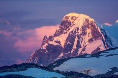 Antarctische berg op de kleurrijke hemelachtergrond Royalty-vrije Stock Afbeeldingen