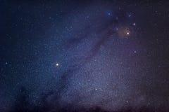 Antares和神秘的物质在中心的太空星群附近 图库摄影
