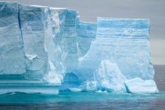 Antarktis - antarktisk halvö - isberg i tabellform i Bransfield Arkivfoton