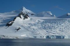 Antarktis glaciärer, berg, snö och is arkivfoto