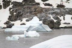 Antarktis - isberg och pingvin Arkivbild