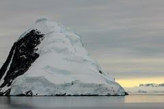 Antarktis landskap, isberg, berg och hav på soluppgång Arkivfoton