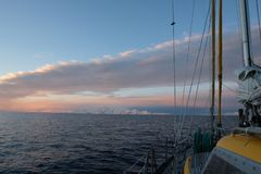 Antarktis segling under en rosa och blå himmel royaltyfria foton