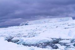 Antarktis solnedgång med isberget i tabellform Royaltyfri Foto