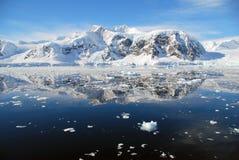Antarktische Halbinsel mit ruhigem See Lizenzfreies Stockfoto