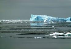 Antarktischer Eisberg im Sonnenlicht Stockbilder