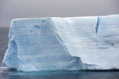 Antarktisisberg som är i tabellform Arkivbild