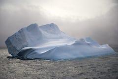 Antarktisisberg som är i tabellform Arkivfoton