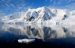 Antarktisk halvö och snöig berg Arkivbilder