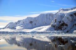 Antarktisk halvö och snöig berg Arkivfoto