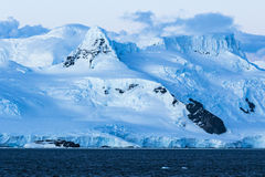 Antarktisk is, snö och berg Royaltyfria Bilder