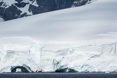 Antarktisk is, snö och berg Arkivbild