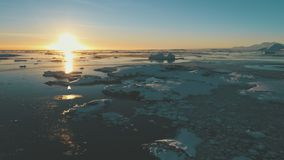 Antarktisk solnedgång över havet Antennskott arkivfilmer