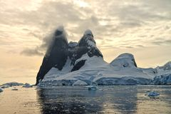 Antarktisk solnedgång på Una Peaks Arkivfoto