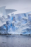 Antarktiska isbergsprickor Arkivbild