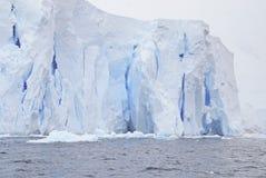 Antarktyczny lodowa stapianie i załamywać się w ocean Zdjęcie Royalty Free